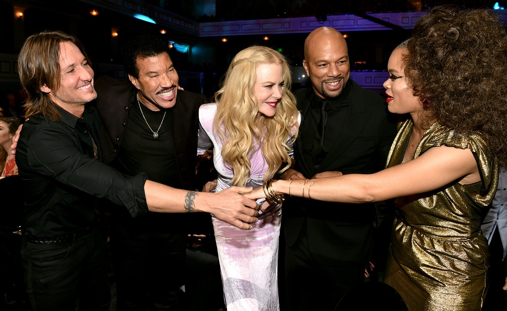 NASHVILLE, TN - OCTOBER 18: (L-R) Honoree Keith Urban, singer-songwriter Lionel Richie, actress Nicole Kidman, singer-songwriter Common and singer-songwriter Andra Day take photos at the 2017 CMT Artists Of The Year on October 18, 2017 in Nashville, Tennessee. (Photo by John Shearer/Getty Images for CMT)