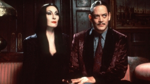 THE ADDAMS FAMILY, from left: Anjelica Huston, Raul Julia, 1991. ph: Melinda Sue Gordon / © Paramount Pictures / Courtesy Everett Collection