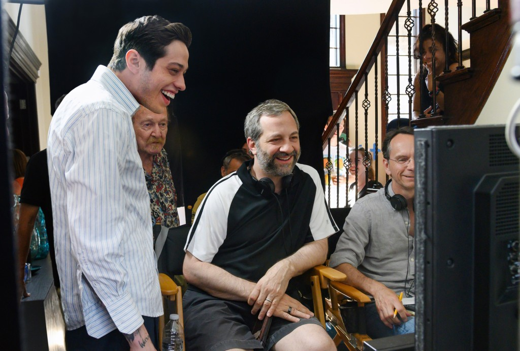 THE KING OF STATEN ISLAND, from left: Pete Davidson, director Judd Apatow with crew members, on set, 2020. ph: Kevin Mazur / © Universal Pictures / Courtesy Everett Collection