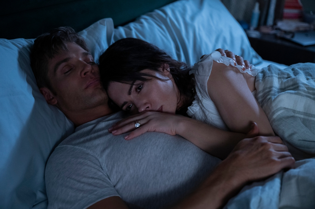 SEX/LIFE (L to R) MIKE VOGEL as COOPER CONNELLY and SARAH SHAHI as BILLIE CONNELLY in episode 102 of SEX/LIFE Cr. SOPHIE GIRAUD/NETFLIX © 2021