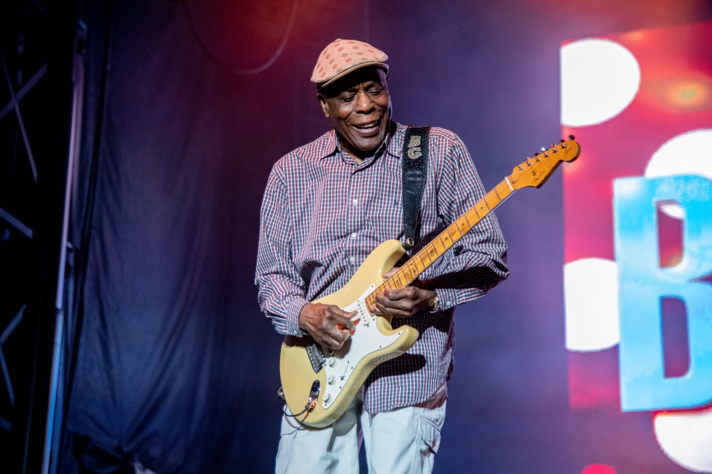 Regarder la vidéo Blues Great Buddy Guy on His 'American Masters' Documentary, Hitting the Road Again at 85, and Why the Blues Is Like Golf