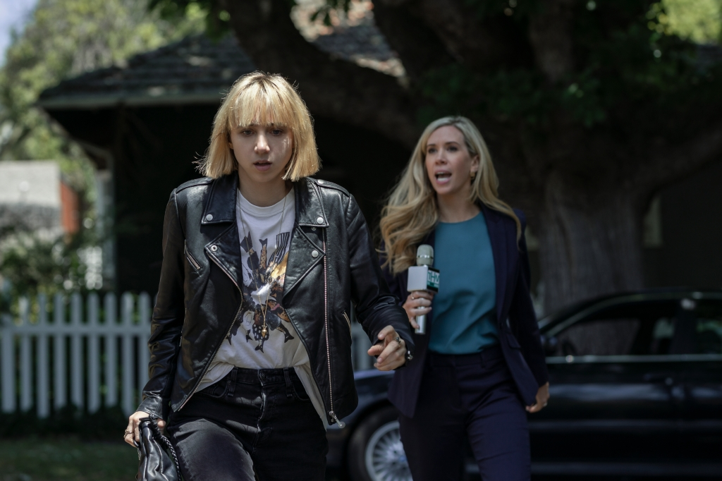 CLICKBAIT (L to R) ZOE KAZAN as PIA BREWER and KATE LISTER as JEANNINE MURPHY in episode 103 of CLICKBAIT Cr. BEN KING/NETFLIX © 2021