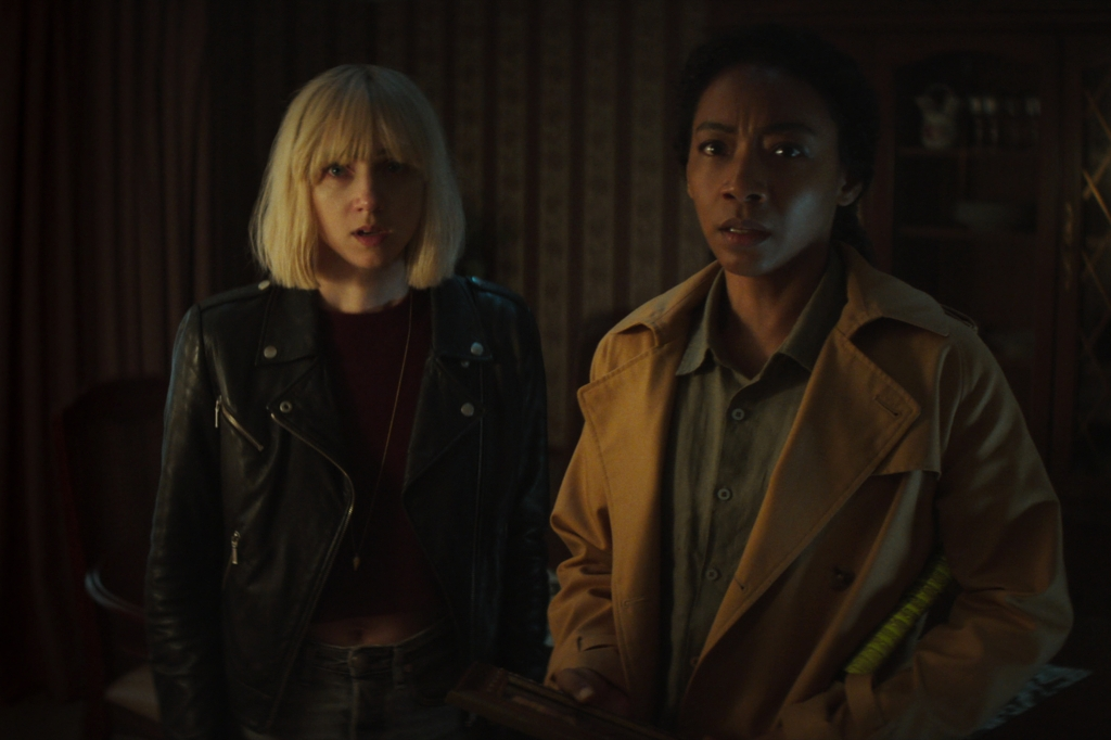 CLICKBAIT (L to R) ZOE KAZAN as PIA BREWER and BETTY GABRIEL as SOPHIE BREWER in episode 108 of CLICKBAIT Cr. COURTESY OF NETFLIX © 2021