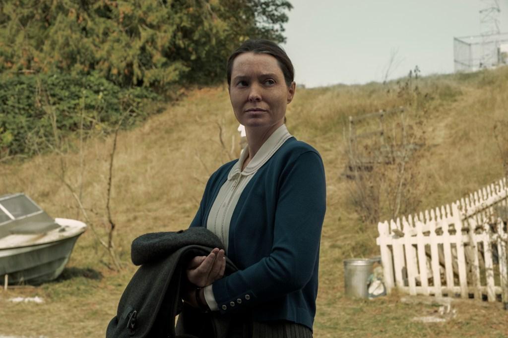 MIDNIGHT MASS (L to R) SAMANTHA SLOYAN as BEV KEANE in episode 101 of MIDNIGHT MASS Cr. EIKE SCHROTER/NETFLIX © 2021