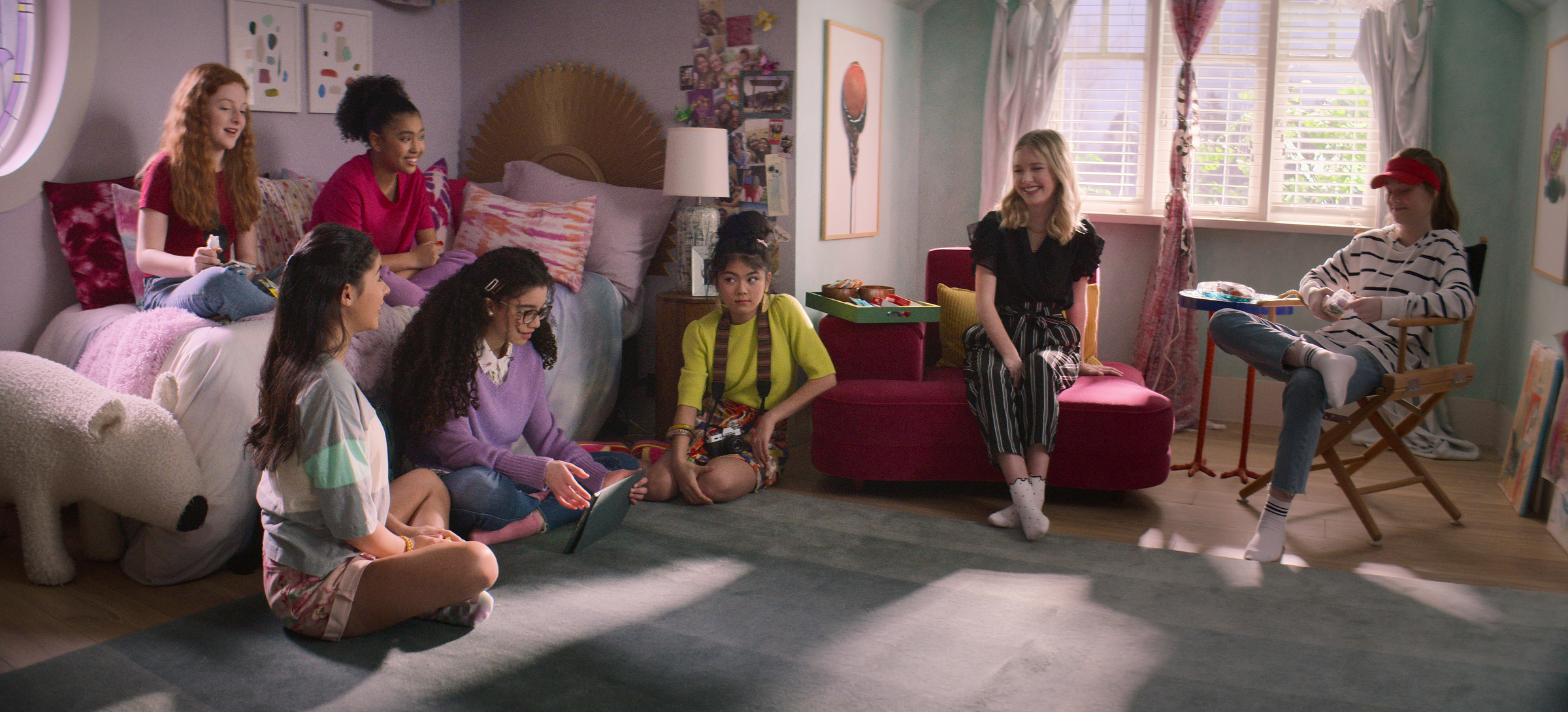 THE BABY-SITTERS CLUB (L to R) VIVIAN WATSON as MALLORY PIKE, KYNDRA SANCHEZ as DAWN SCHAFER, ANAIS LEE as JESSI RAMSEY, MALIA BAKER as MARY ANNE SPIER, MOMONA TAMADA as CLAUDIA KISHI, SHAY RUDOLPH as STACEY MCGILL, and SOPHIE GRACE as KRISTY THOMAS in episode 201 of THE BABY-SITTERS CLUB Cr. COURTESY OF NETFLIX © 2021