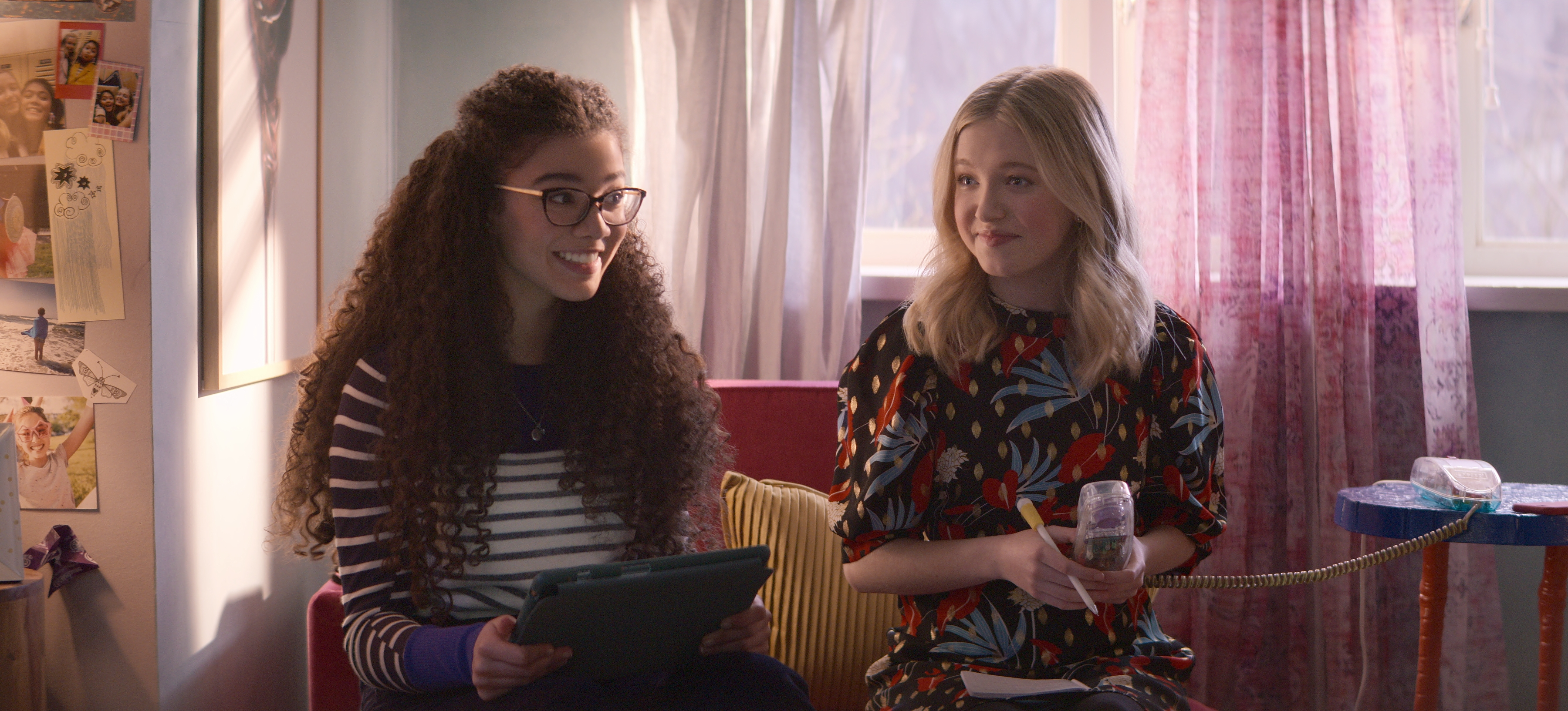 THE BABY-SITTERS CLUB (L to R) MALIA BAKER as MARY ANNE SPIER and SHAY RUDOLPH as STACEY MCGILL in episode 204 of THE BABY-SITTERS CLUB Cr. COURTESY OF NETFLIX © 2021