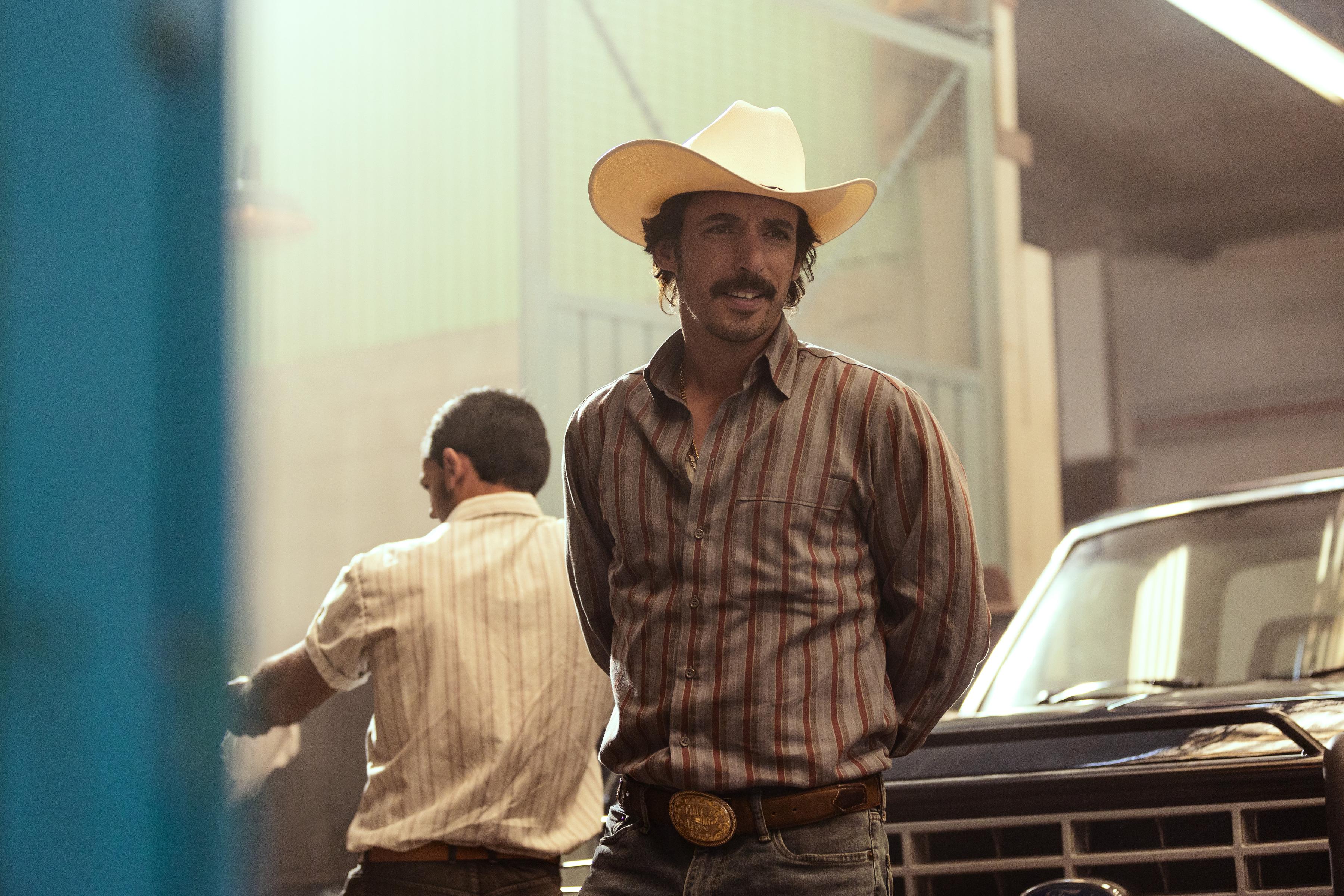 NARCOS MEXICO (L to R) ALBERTO GUERRA as EL MAYO in episode 307 of NARCOS MEXICO Cr. JUAN ROSAS/NETFLIX © 2021